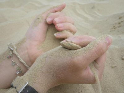 hands-sand-1314872-640x480